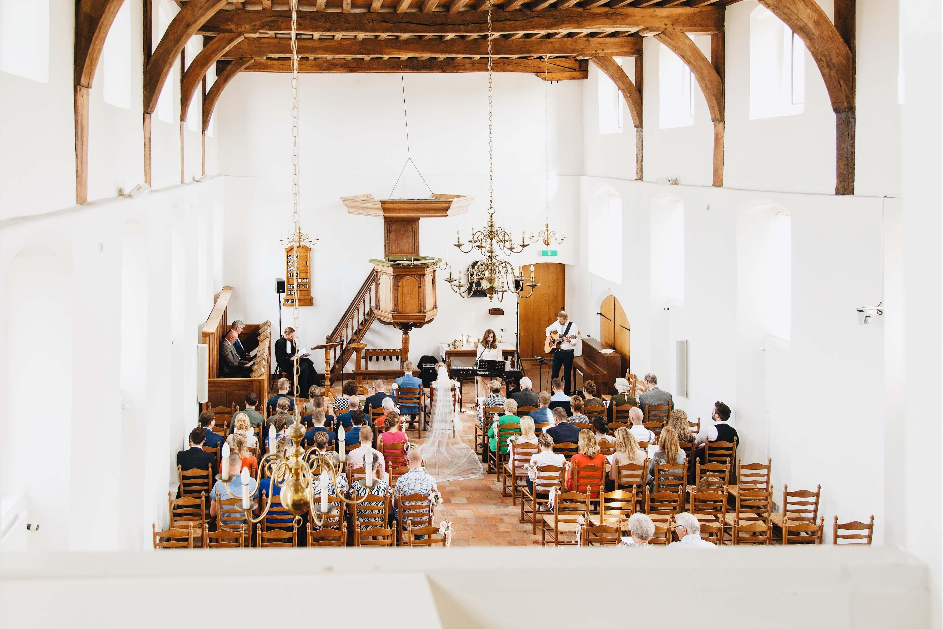 Zangeres kerkelijke ceremonie akoestisch duo kerkmuziek